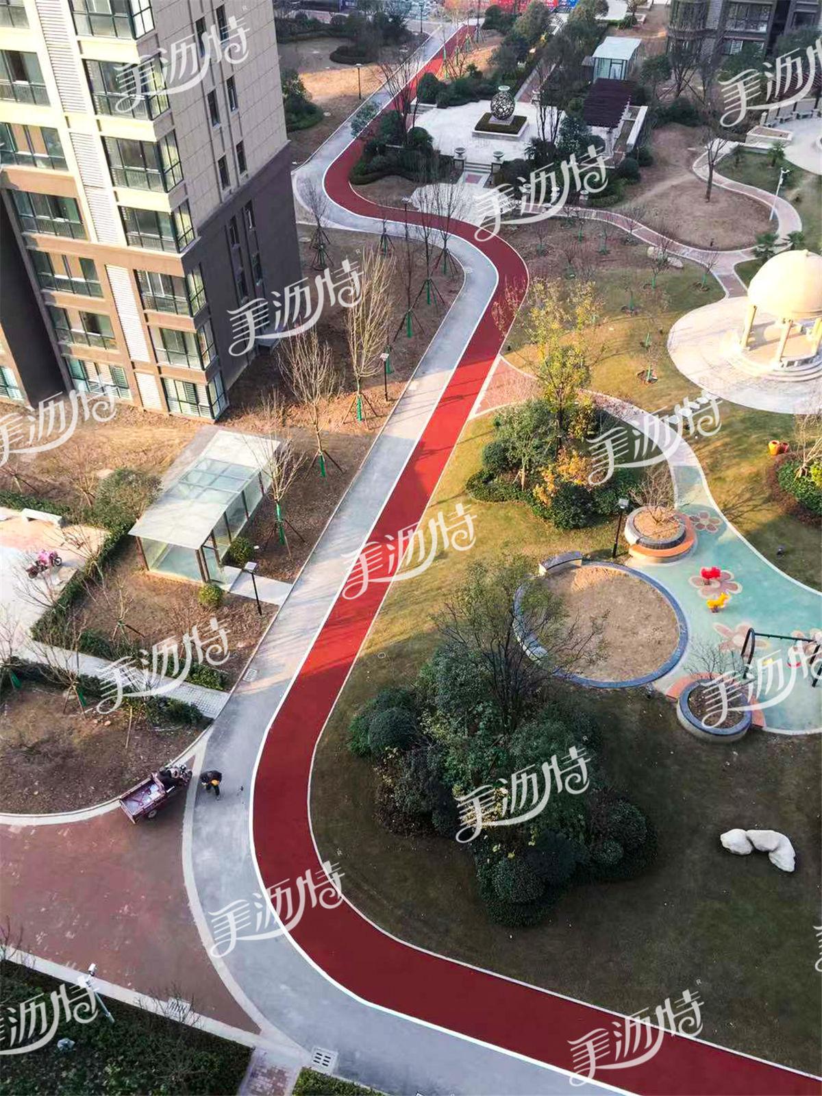 彩色陶瓷颗粒防滑路面让家门口就能拥有健身跑道