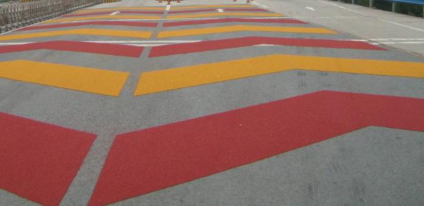 高速部分路面涂彩